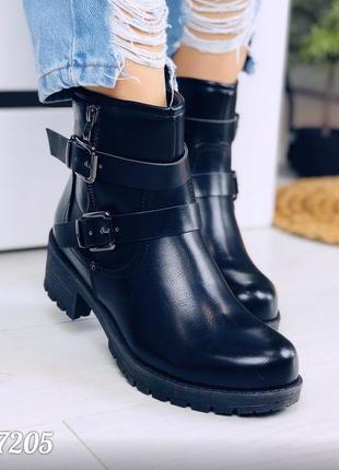 Демисезонные ботинки из эко-кожи черного цвета на низком каблуке на молнии