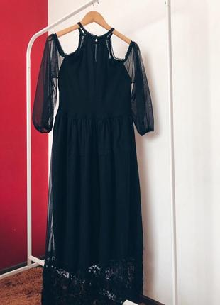 Вечірня сукня з оголеними плечима