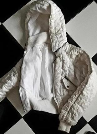 Белая короткая курточка