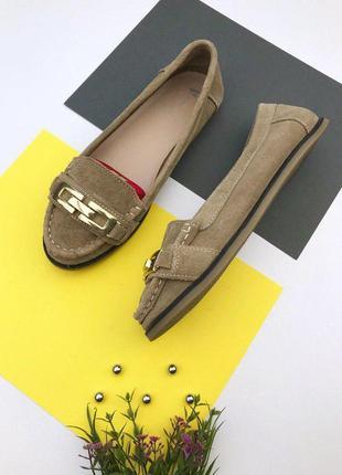 Замшевые туфли с фурнитурой