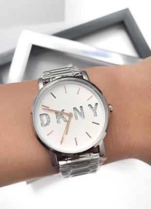 Стильные часы dkny с брендированным циферблатом