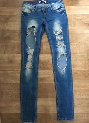 Рваные джинсы. джинсы скинни. синие джинсы. джинсы с заниженной талией