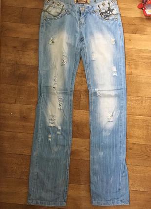 Рваные джинсы. голубые джинсы. прямые джинсы. джинсы с цепями