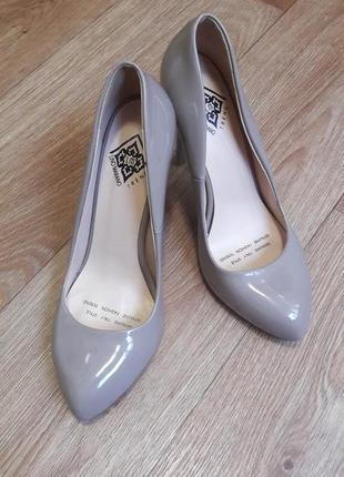 Женские туфли лодочки бежевого цвета на шпильке - 37 размер