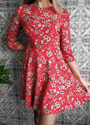 Красное платье в цветы