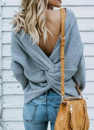 Теплый вязаный свитер с большим узлом