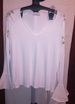 Белая футболка с длинным рукавом заканчивающимся воланом
