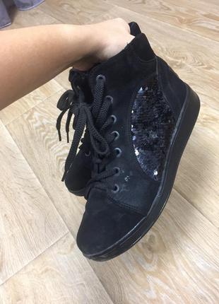 Замшевые ботинки в пайетки