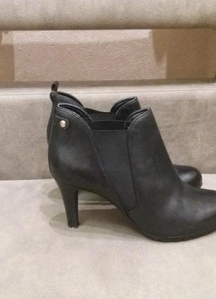 Черные брендовые ботинки челси на каблуке