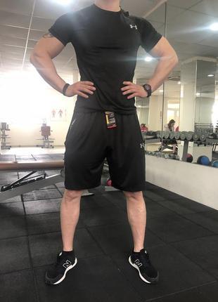 Спортивные мужские шорты черные с камуфляжными вставками