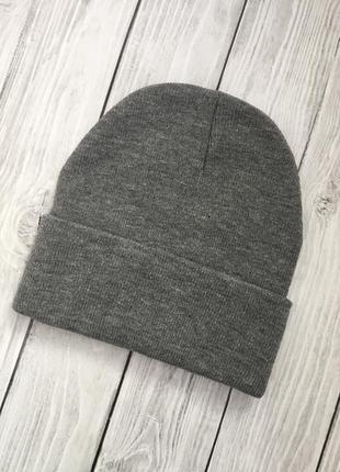 Стильная шапка-бини в сером цвете