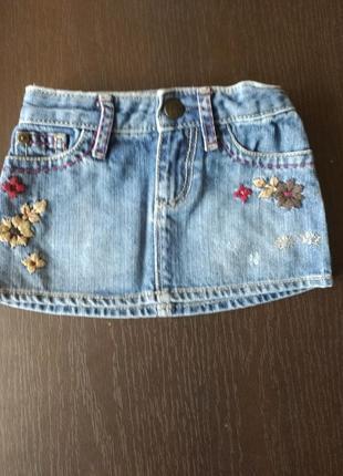 Модная джинсовая юбка с цветами и потертостями