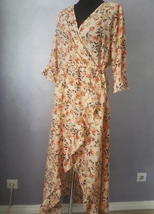 Бежевое цветочное макси платье на запах с рюшем