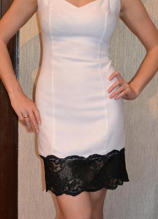 Элегантное платье с интересным вырезом и кружевом