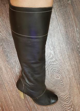 Красивые кожаные сапоги ,на деревянном каблуке , дополнят ваш стильный образ