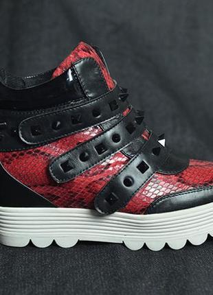 Кроссовки сникерсы с шипами,очень крутые! новые!