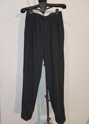 Стильные серые брюки с защипами
