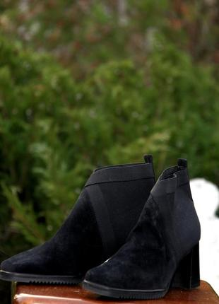 Дизайнерские замшевые ботинки на устойчивом каблуке