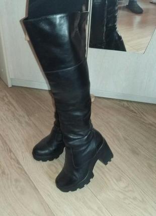 Чёрные кожаные ботфорты каблук 8 см, на тракторной подошве
