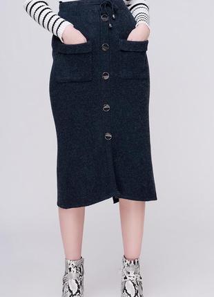 Актуальная теплая миди юбка в рубчик с пуговицами и карманами / графит