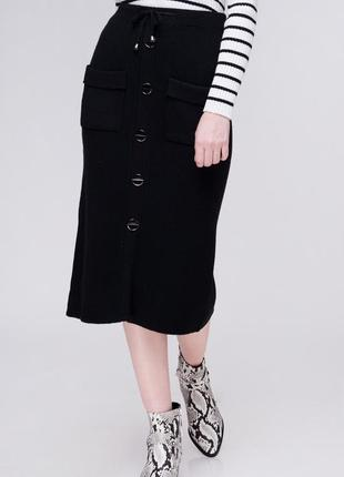 Актуальная теплая миди юбка в рубчик с пуговицами и карманами / черный