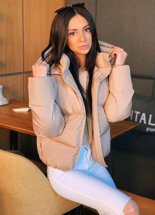 Стильный трендовый короткий объемный пуховик куртка мини с капюшоном карманами