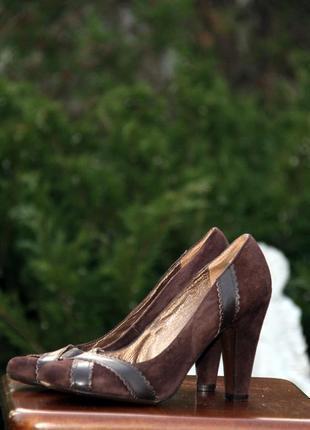 Замшевые коричневые туфли на стойком каблуке