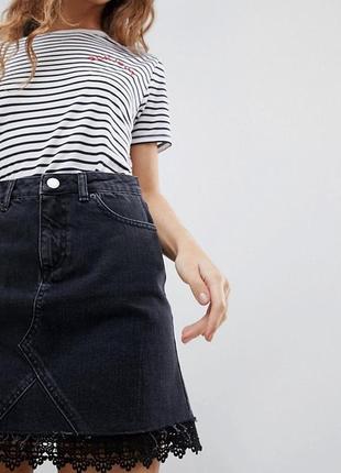 Джинсовая мини-юбка с кружевной отделкой