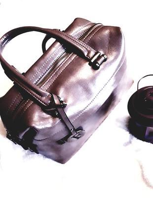 Оригинальная глянцевая кожаная женская сумка- купол с брелком fendi bag dome сappuccino.