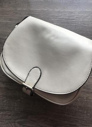 Небольшая вместительная кожаная кремовая сумка кроссбоди на длинном ремешке