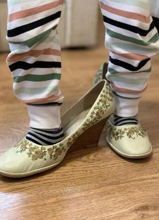 Милые бежевые туфли с вышивкой на танкетке