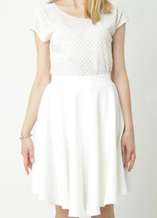 Стильная белая юбка с высокой талией оригинального кроя по типу солнце клеш.