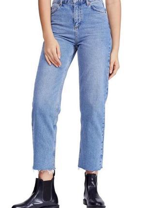 Трендовые светлые джинсы под пояс
