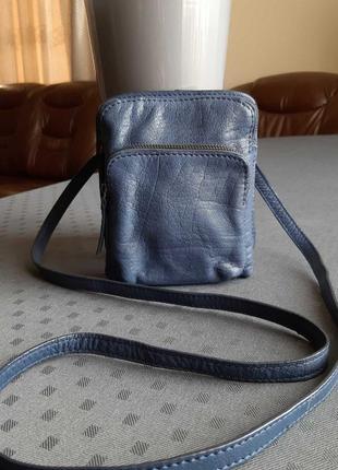 Кожаная красивая синяя сумка кроссбоди фирмы white stuff в новом состоянии