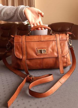 Кожаная красивая коричневая сумка на длинном ремешке фирмы pieces