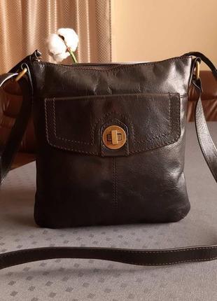 Кожаная красивая черная сумка кроссбоди фирмы marks&spencer