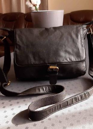 Кожаная красивая черная сумка кроссбоди фирмы rowallan