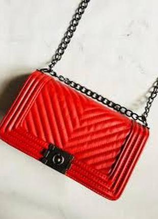 Красная фактурная сумка через плечо на цепочке