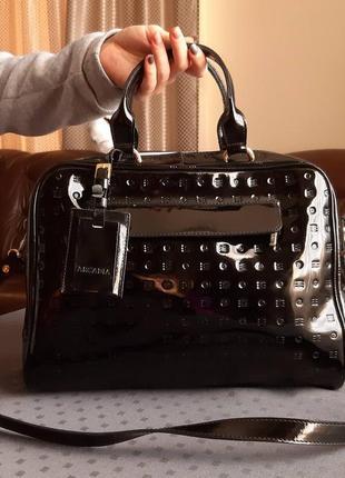 Кожаная красивая лаковая сумка с длинным ремешком фирмы arcadia