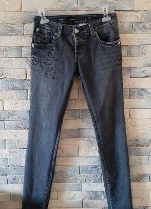Темно серые джинсы трэнд сезона