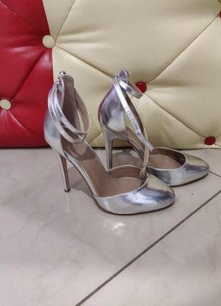 Серебристые туфли сандали на шпильке