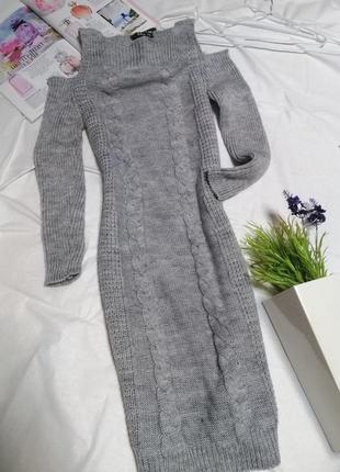 Тёплое вязанное платье с открытыми плечами