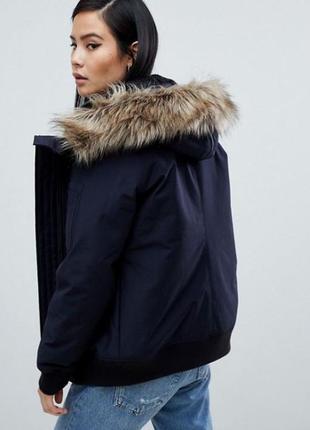 Темно синяя короткая куртка с капюшоном короткая