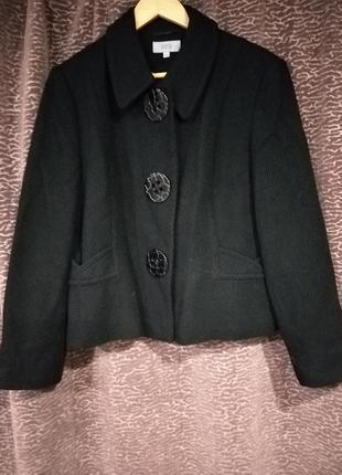 Чудесный короткий брендовый  пиджак