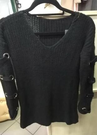 Вязаный свитерок с люверсами