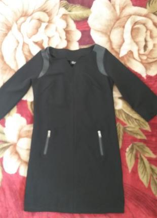 Черное платье, декорированное кожей