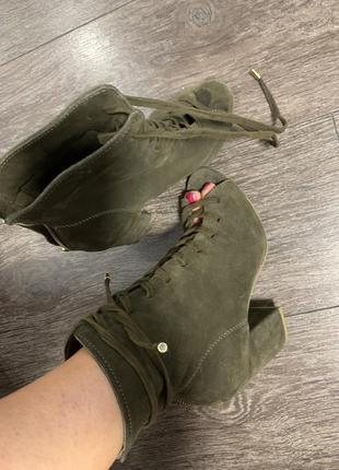 Стильные шикарные  кожаные замшевые туфли ботильены с открытым носком хаки на каблуке
