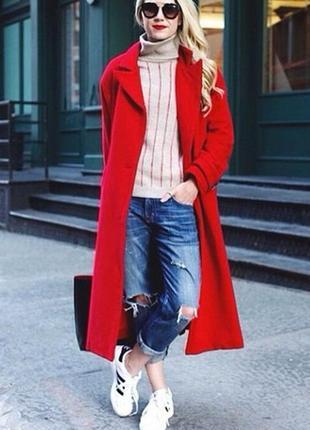 Яркое красное драповое пальто