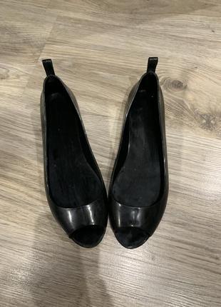 Чёрные резиновые балетки с открытым носком