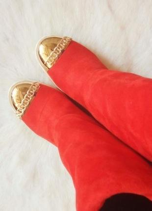 Красные замшевые зимние сапоги с белой подошвой золотым носком под casadei червони на меху